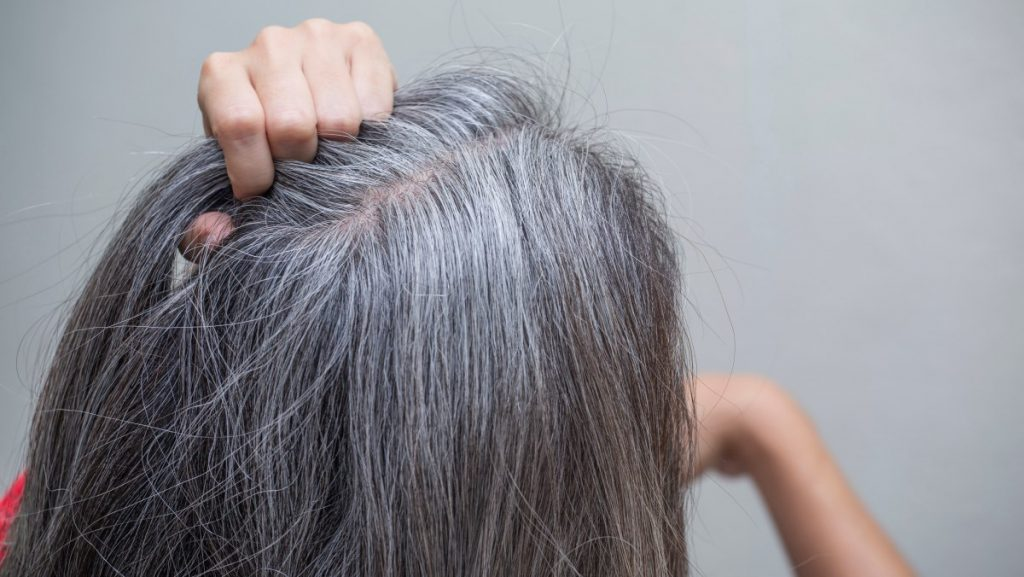 چگونه موها رنگ خود را از دست می دهند
