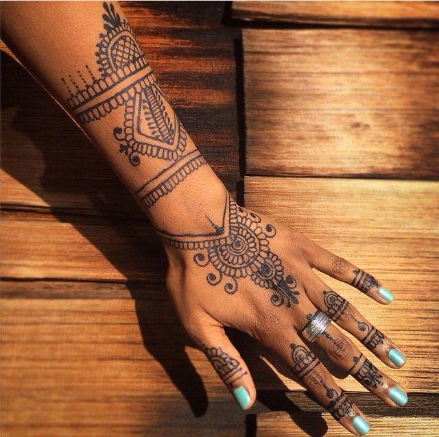 طراحی حنا روی پوست دست